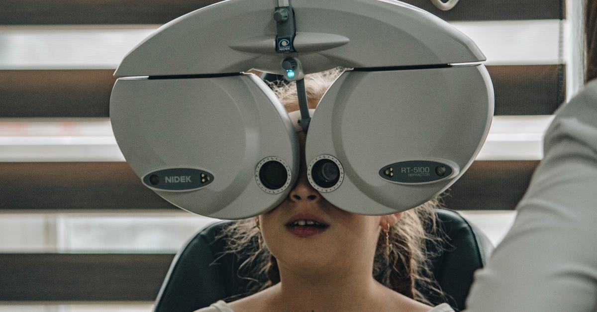 meisje ogen meten opticien